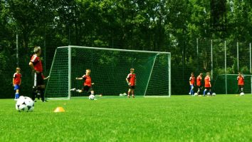 Ballgefühl, Passspiel, Ballverarbeitung und den Torschuss mit dieser Fussballübung trainieren!