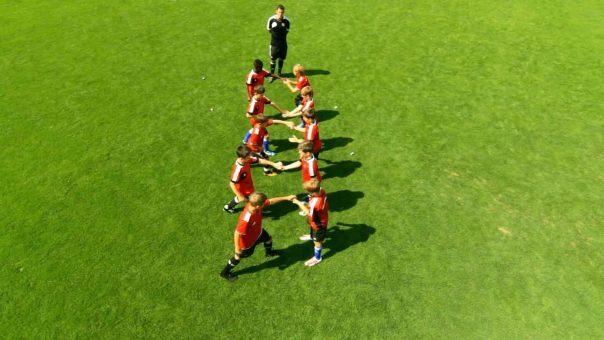 Partnerübung zur besseren Konzentration im Jugendfußball