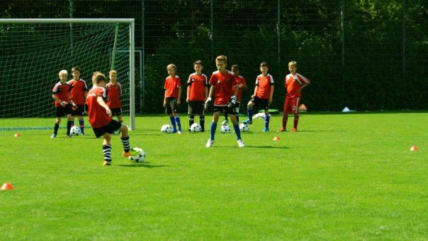 """Passübung für Fußball-Jugendmannschaften: """"Such' eine Linie"""""""