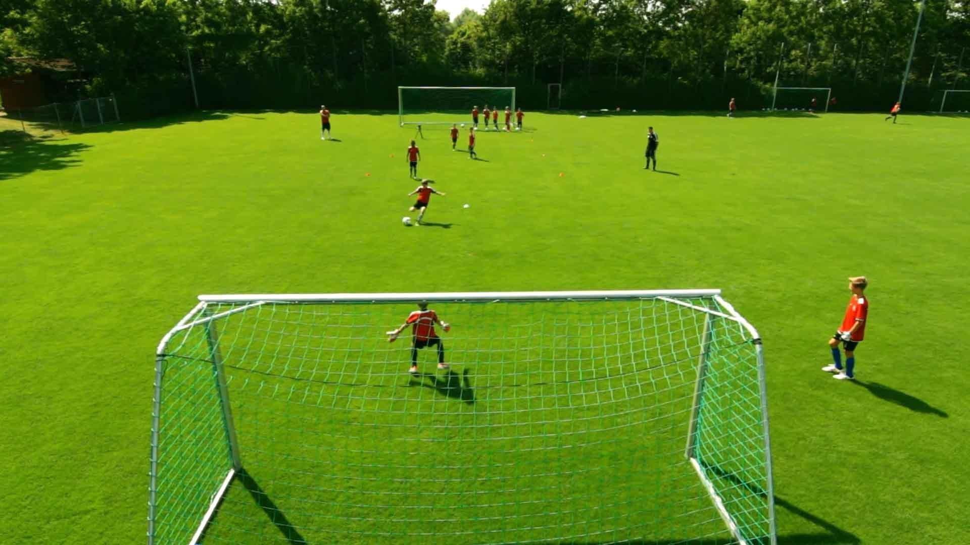 """Passübung für Fußball-Jugendmannschaften: """"Such' eine Linie mit Torschuss"""""""