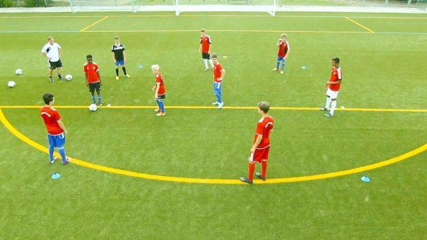 Fussballübung 7 gegen 2 - Kreisspiel mit verschiedenen Schwerpunkten