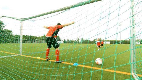 """So trainierst du mit den kleinsten Kickern den Torschuss 🐲 // Fussballübung """"Drachenjagd"""""""