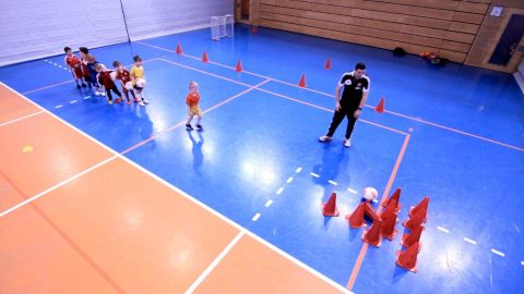 Ziele treffen, Ballkoordination schulen und gleichzeitig Erfolgserlebnisse schaffen, die Spaß machen