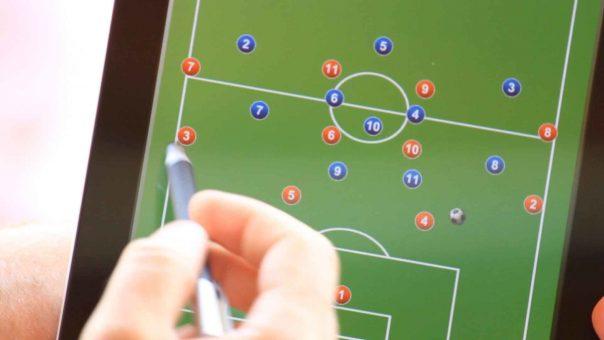 Taktik und Spielsysteme im Fußball: 4-4-2 flach vs. 3-5-2 | Was muss man beachten?