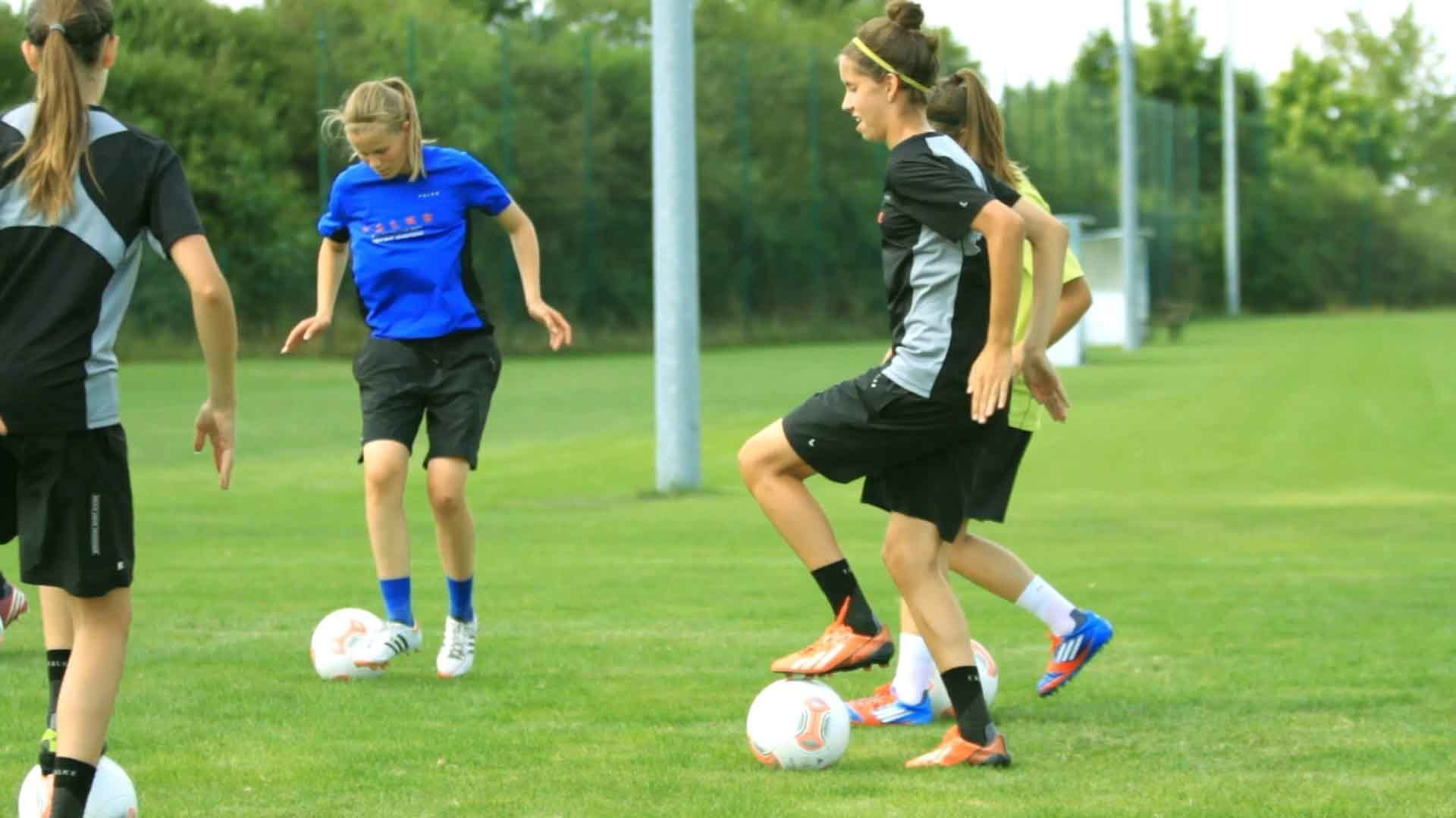 Fußballtricks: Schere mit Tippbewegung – Bewegungsmuster 3