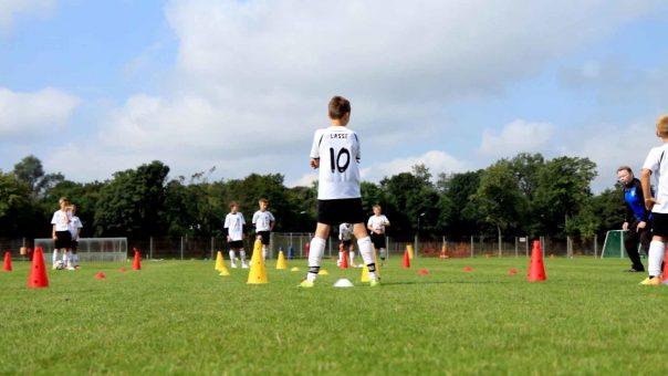 """Fußballübung """"Dreierpass"""": Schnelligkeit & Passspiel"""