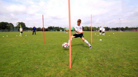 Passen, Dribbeln und Torabschluß mit dieser Fußballübung trainieren!