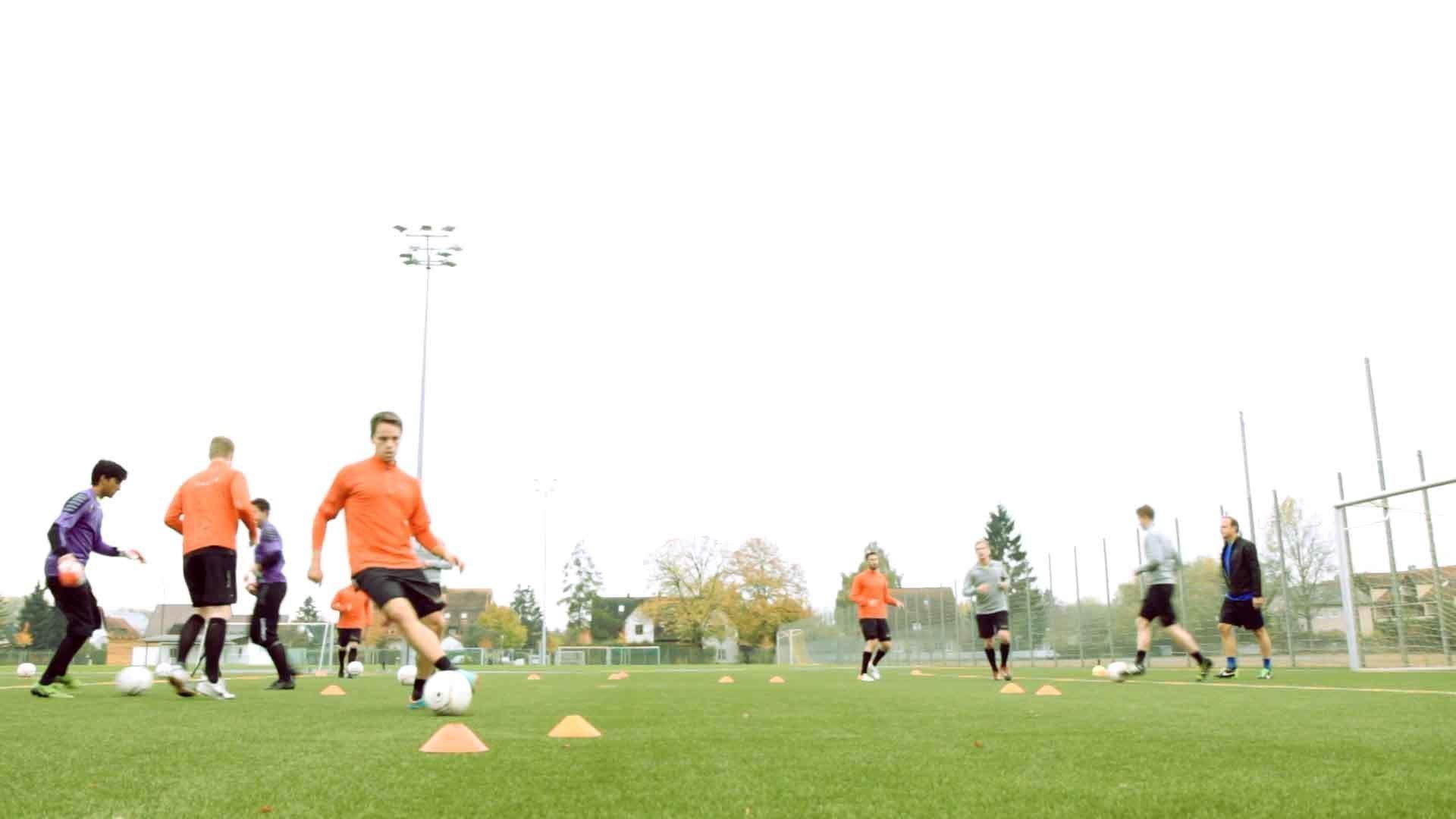Fußballübung: Passparcours