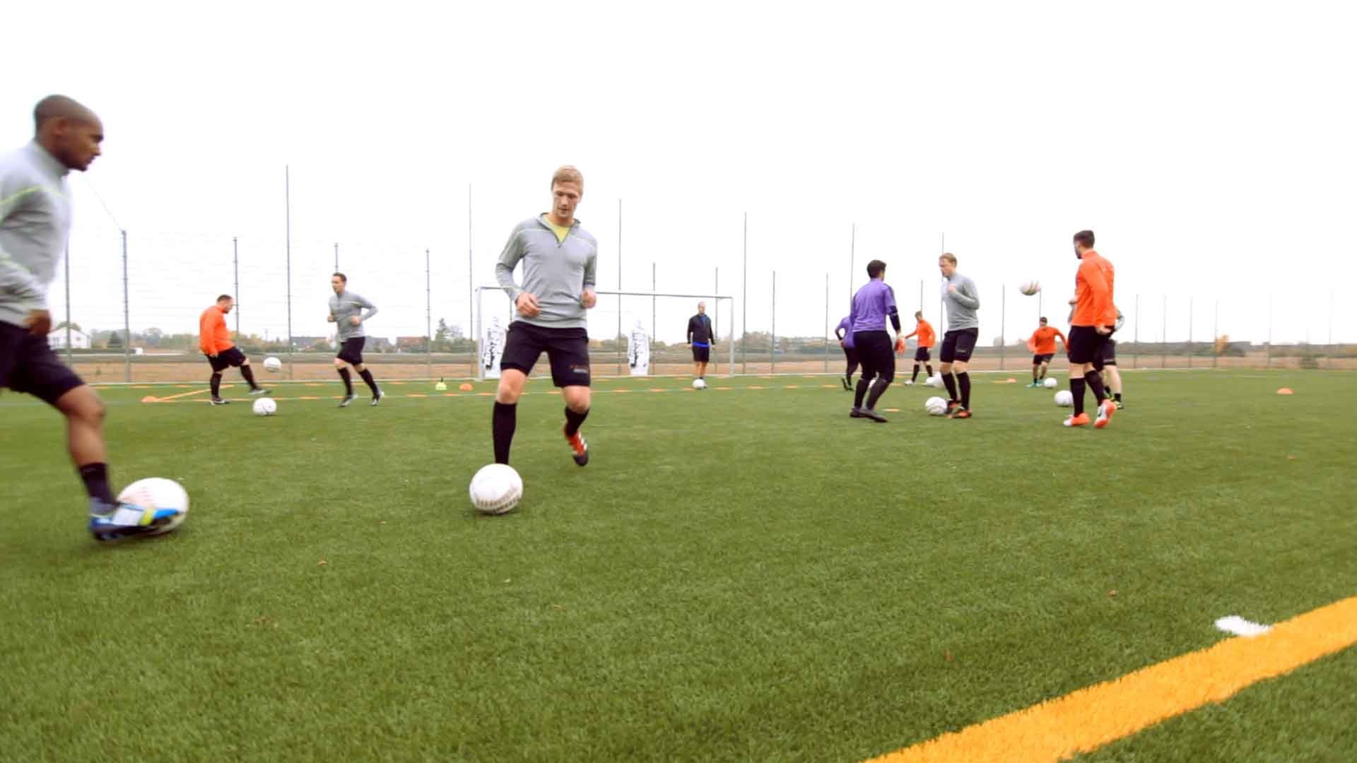 Fußball-Technikübung: Ballschule