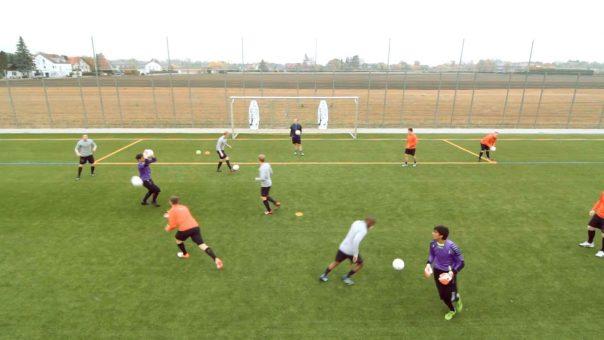 Technikübung für Fußballer: Zuwurf