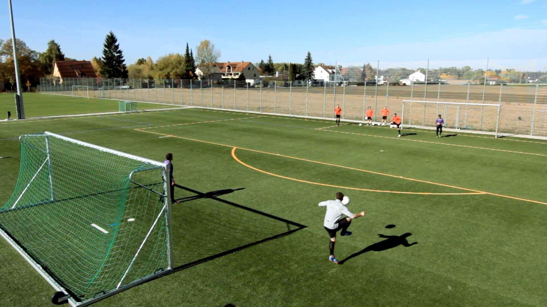 Fußballübung für den Torabschluss: Das diagonale Anspiel