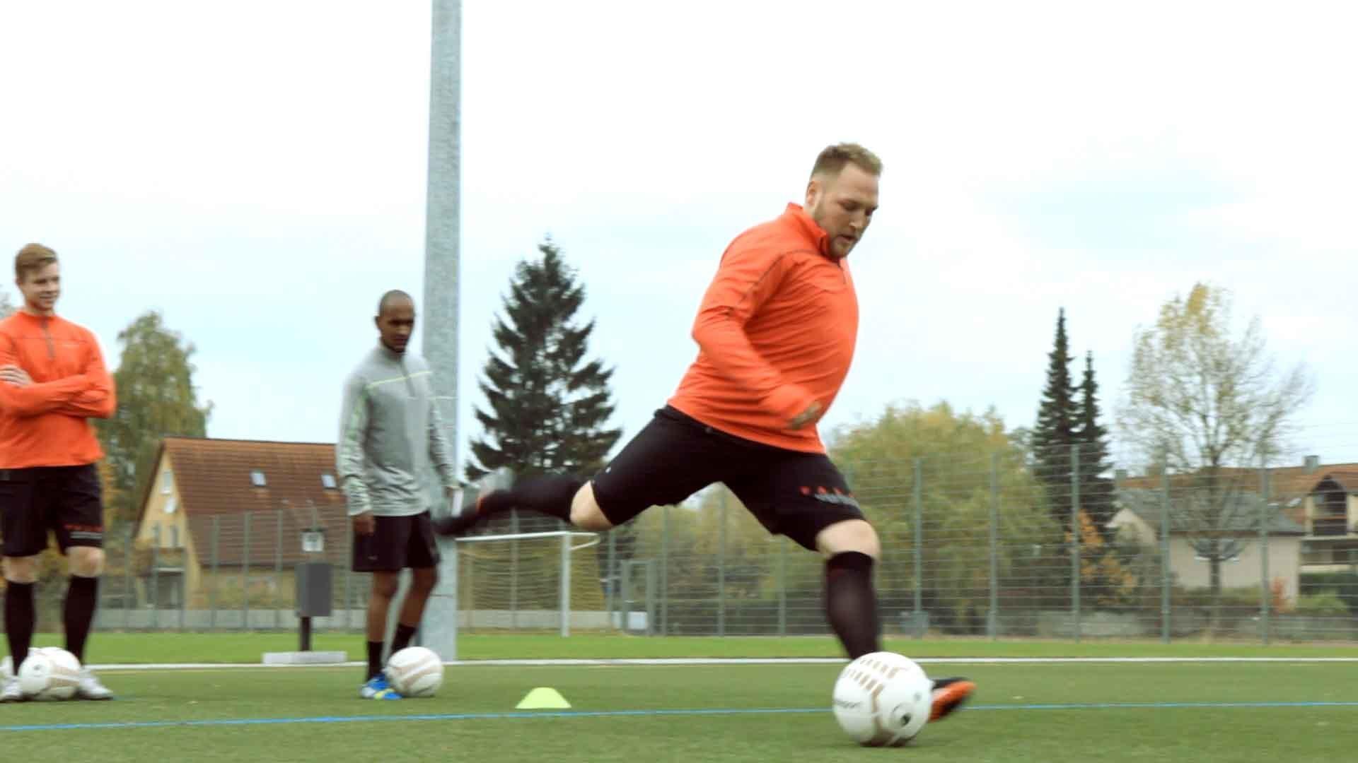 Fußballübung für den Torabschluss: Der Flugball