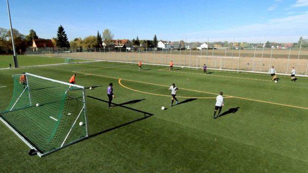Fußballübung: Torschuss mit Passvorlage