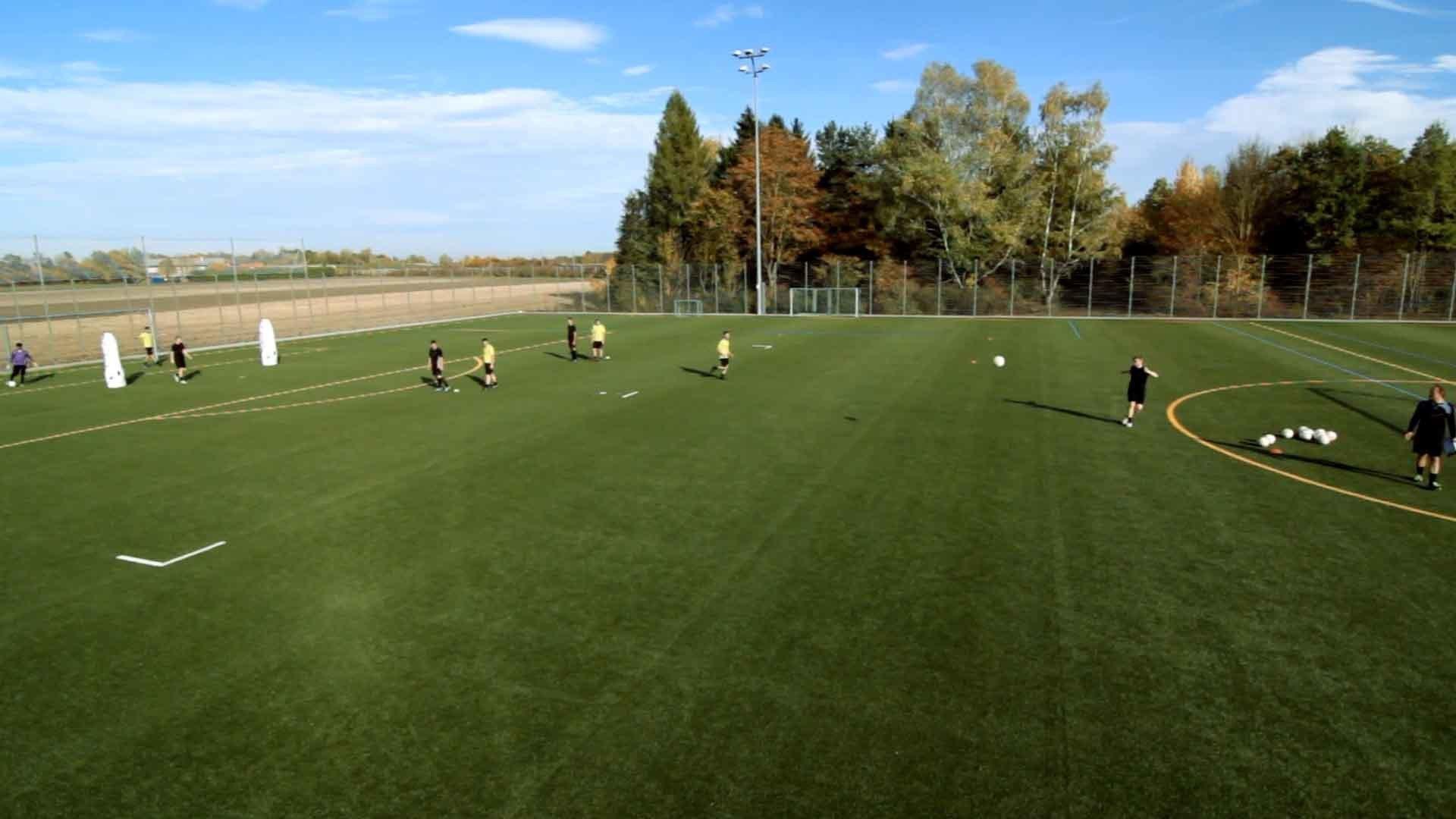 Fußballübung | Spielgestaltung und Taktik: Hoch über Außen