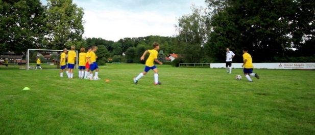 Raumgreifende Ballan- und mitnahme: Fußballübung für Kinder