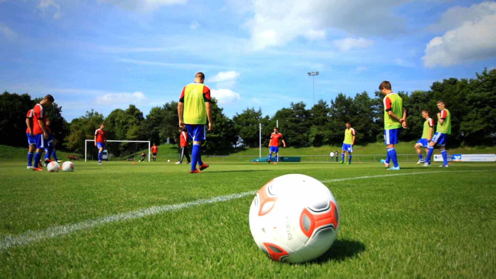 Fußballspieler und Ball