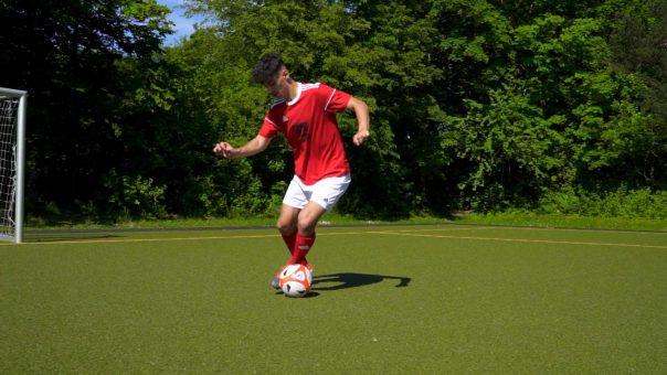 Nichts für Anfänger! 🤯  Verbessere deine Ballkontrolle und Beidfüßigkeit mit dieser Fussball-Übung!