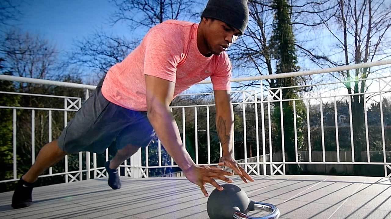 Der Fitnesstrainer, dem die Fußballstars zu Hause vertrauen